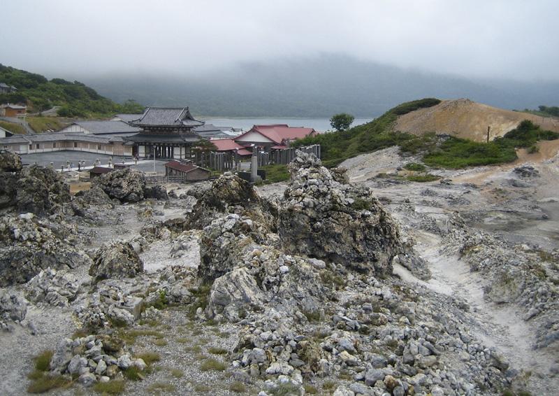 Гора страха Осорезан, Япония Окружающий пейзаж напоминает описания буддистского ада и рая, включая восемь пиков и реку Санзу но Кава, которую пересекают мертвые души на их пути к загробной жизни. Гора же считается вратами в загробную жизнь.