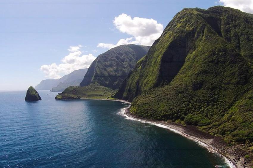 Калопапа, Гавайи На северной оконечности Молокаи, на полуострове Калопапа, располагается одно из самых живописных мест на Гавайях — Национальный исторический парк Калопапа. Одной из жемчужин парка являются морские скалы высотой более 1000 метров. Добраться до них можно только пешком или на лошадях. За приложенные усилия туристы будут вознаграждены великолепным видом на окрестные пейзажи и бескрайний Тихий океан.