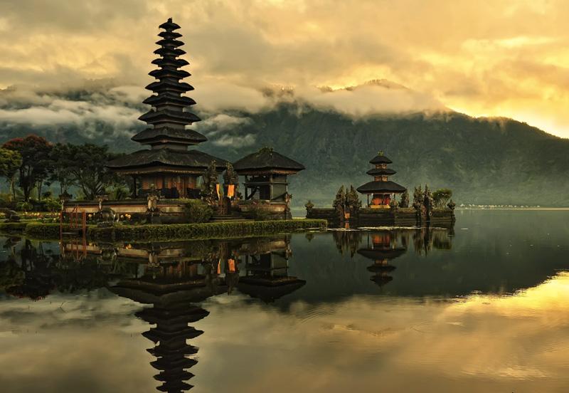 Бали, Индонезия Это самый популярный индонезийский курорт, поэтому здесь всегда многолюдно, но количество древних храмов и нетронутых уголков природы позволяет найти каждому уединение и покой. Главные достопримечательности острова — первозданные ландшафты, тропические леса и бескрайние пляжи, практически на каждом из которых функционируют серф-школы.