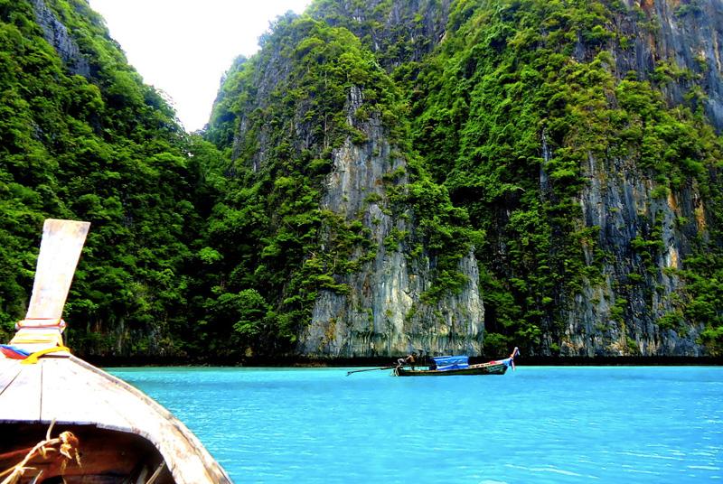 Пхи-Пхи, Таиланд Архипелаг стал всемирно известен после выхода в прокат фильма «Пляж» с Леонардо Ди Каприо в главной роли. Состоит он из двух основных островов Пхипхи-Дон и Пхипхи-Лей, и 4 крошечных, каждый из которых окружен чистейшими водами.