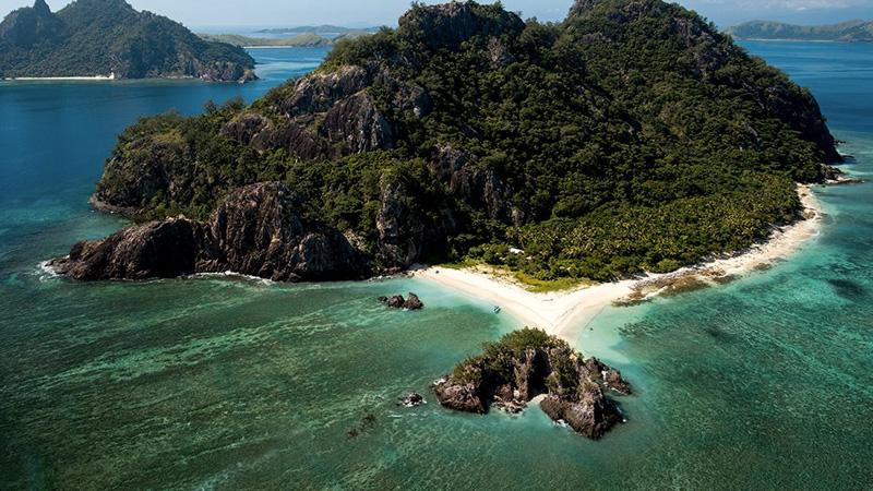 Маманука,Фиджи Группа островов Маманука считается одной из самых популярных туристических зон Фиджи. Архипелаг состоит из 20 остров, и на многих из них размещены курорты, но несколько островов по-прежнему остаются необитаемы. Связано это главным образом с отсутствием питьевых источников. Самый известный необитаемый остров в группе — крошечный Монурики, на котором снимали фильм «Изгой».