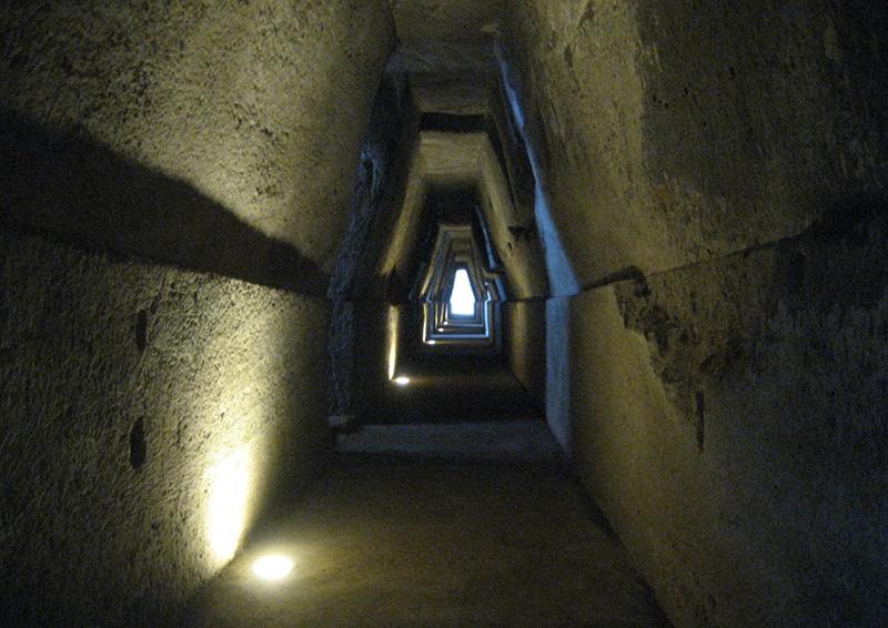 Пещера Сивиллы, Италия Согласно греческой мифологии, Кумская Сивилла получила в дар от Аполлона такое количество лет жизни, сколько песчинок поместится у нее в ладони. Про вечную молодость предсказательница забыть спросила, поэтому постепенно высыхала. Считается, что жила Кумская Сивилла в одной из пещер в Кумах, около Неаполя. Пещера Сивиллы занимает главную роль в подземном царстве под Кимами. А недалеко от нее находится озеро Авернус, которое для римлян и греков являлось входом в ад.