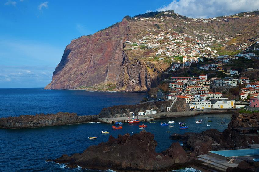 Утес Кабо-Жирао, Португалия Это крутая скала находится на южном побережье острове Мадейра. Кабо-Жирао считается вторым по величине утесом в мире. Его высота составляет 589 метров. На вершине утеса оборудована смотровая площадка, предоставляющая туристам возможность «воспарить» над океаном.