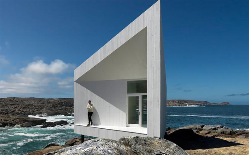 Морская студия The Squish Studio расположена в небольшом городишке Титлинг, на самой оконечности острова Фого. Архитекторы прибегли к популярному способу уменьшить занимаемое домом пространство: стены и крыша строения расположены под острыми углами друг к другу.