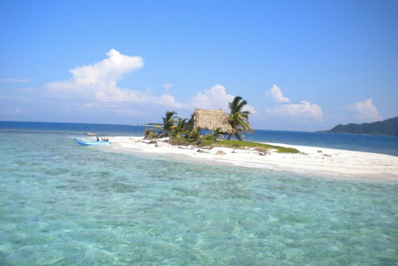 Кайо Кочино, Гондурас Острова окружены водами Карибского моря, отливающими всеми оттенками бирюзового цвета. В 2003 году место было объявлено заповедником, благодаря чему здесь удалось сохранить и биоразнообразие, и практически нетронутую природу.