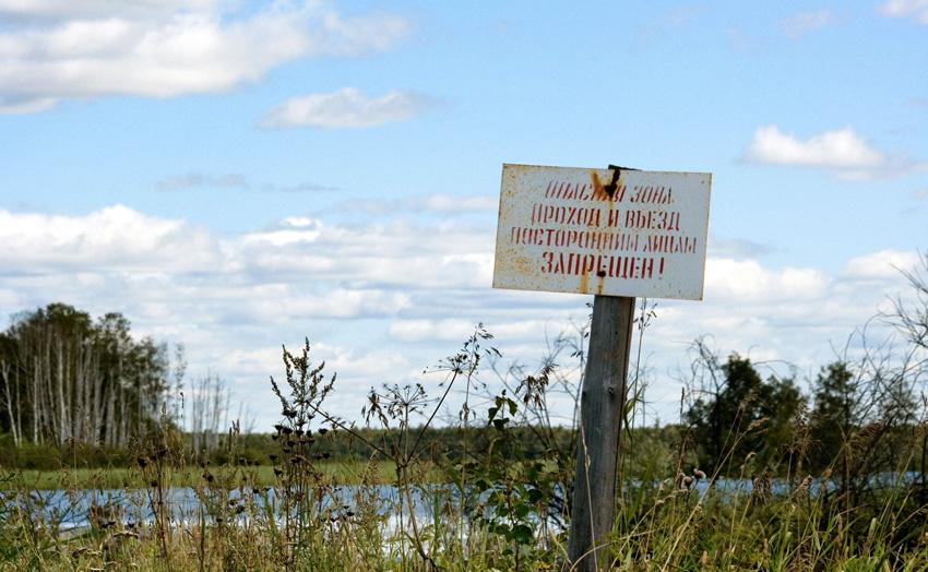 Карачай, Россия С октября 1951 года в живописном водоеме в Челябинской области стали хоронить жидкие радиоактивные отходы. Предположительно, к настоящему моменту в озере скопилось около 120 млн кюри радиоактивных материалов. В 2015 году озеро планируется полностью засыпать, но даже эти меры не могут предотвратить радиоактивного заражения грунтовых вод в подземном пространстве, которые вполне могут служить одним из источников питания ближайших водоемов.