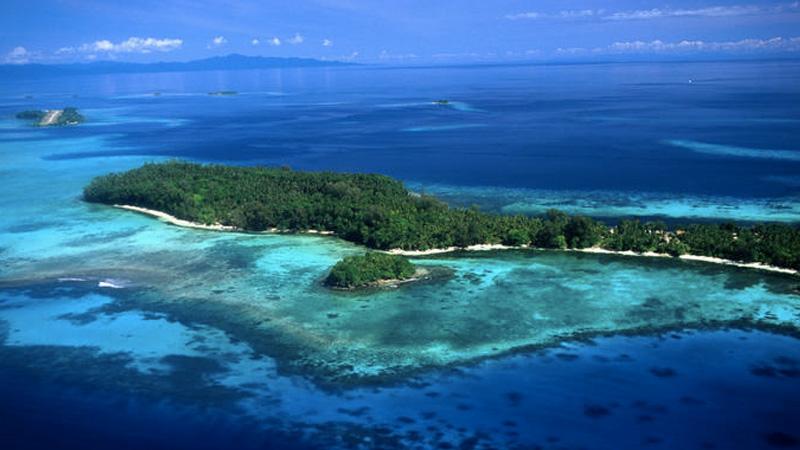 Тетепаре,Соломоновы острова Самый большой необитаемый остров в южной части Тихого океана занимает участок суши площадью 118 кв.км. Многие годы на острове проживало коренное население, но почти 200 лет назад они покинули его, переселившись на другие острова. Сейчас остров используется как туристический аттракцион, и для немногочисленных желающих остаться практически один на один с природой здесь построены соломенные хижины.