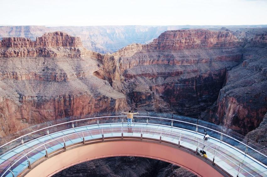 Большой Каньон, США Без этой природной достопримечательности список невероятных скальных образований был бы неполным. Каньон на плато Колорадо — это настоящая машина времени, на которой можно совершить путешествие сразу в несколько геологических периодов. В каньоне, протяженностью 446 км, остались «следы» четырех геологических эр Земли. За 10 млн. лет его создания природа сформировала ущелье глубиной до 1800 метров, заполненное скоплениями утесов самых невероятных форм и цветов. Лучший вид на них открывается со стеклянной смотровой площадки «Небесная тропа», выступающей за края каньона на 20 метров и возвышающейся над ним на высоте 1220 метров.