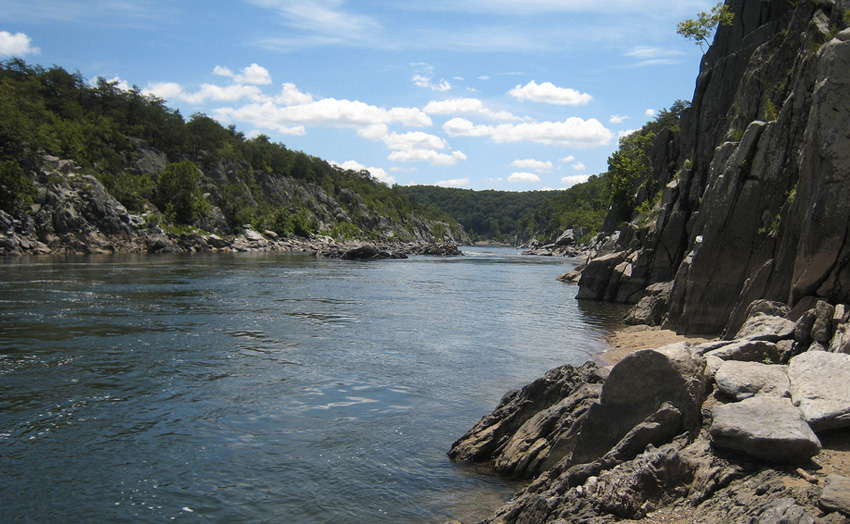 Река Потомак, США В эту реку не ведется ни сброс отходов, ни захоронение радиоактивных отходов. Она опасна сильными подводными течениями. Вместе с порогами и водопадами эти спокойные с виду участки таят смертельную угрозу, которая ежегодно уносит десятки жизней любителей водного экстрима.