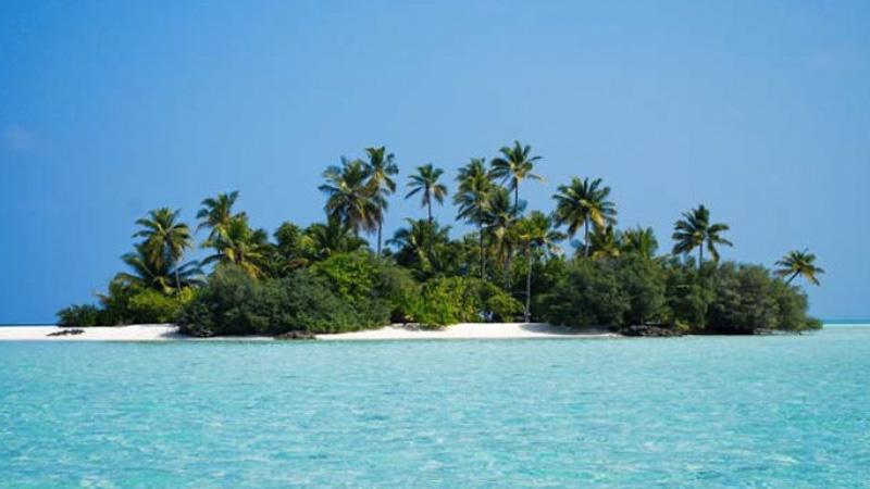 Мальдивы Мальдивы состоят приблизительно из 1190 коралловых островов. Примерно около 200 из них населяют мальдивцы. Еще около 100 были застроены роскошными отелями. Остальные острова остаются необитаемы, что дает возможность практически каждому курорту предлагать услугу Desert Island, когда гостей отеля отвозят на ближайший необитаемый остров.