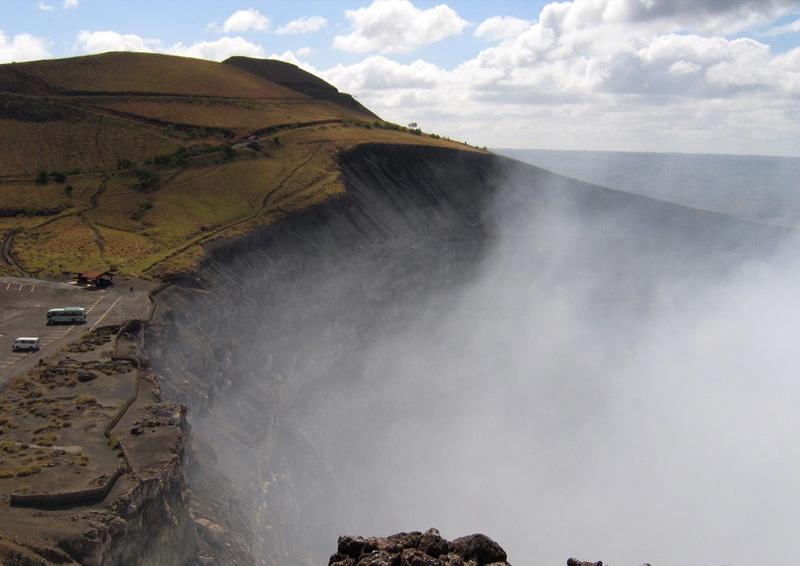 Вулкан Масая, Никарагуа Вулкан в 20 км. к юго-востоку от города Манагуа зародился 2500 лет назад. Хотя он ничем особенно не отличается от других вулканов, испанские конкистадоры считали вулкан местом зла и назвали его «уста ада». Для изгнания из места дьявола испанский священник установил на вершине крест, а к нему была проложена дорога. Историки же называют Масая центром паронормальных явлений.