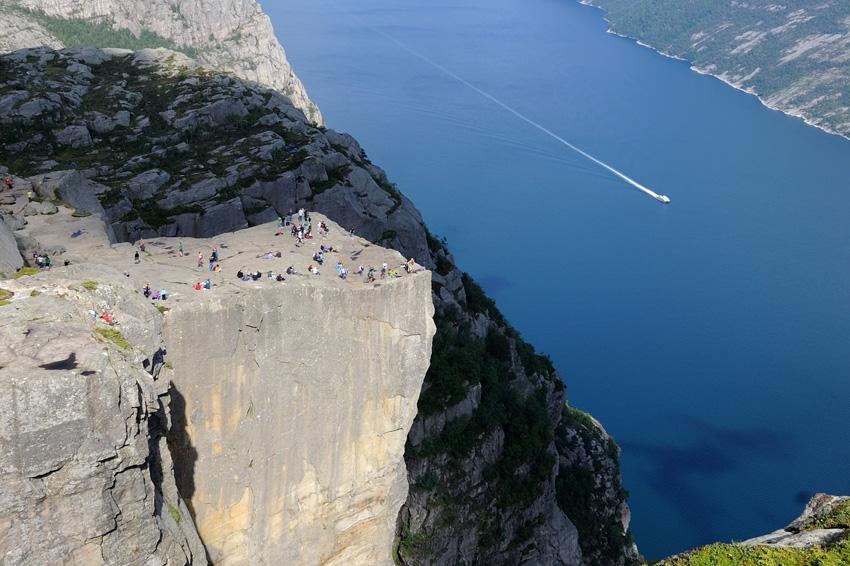 Прекестулен, Норвегия Гигантский утес возвышается над Люсе-фьордом. Высота скального образования составляет 604 метра. Его вершина представляет собой естественную обзорную площадку, площадью примерно 25 на 25 метров. С утеса открывается великолепный вид, от которого захватывает дух даже и видавших виды туристов.