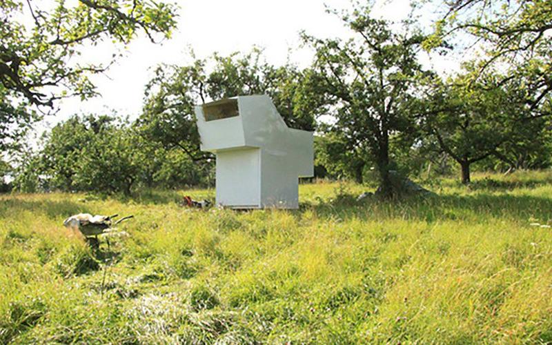Убежище духа Маттиас Прюгер и Мануэль Раувольф спроектировали Spirit Shelter для своего выпускного проекта в школе Баухаус. Крошечный дом предоставляет жильцу минимальное, но достаточное жизненное пространство. Здесь есть все необходимое и даже больше — к примеру, верхняя часть дома может легко превратиться в барную стойку.
