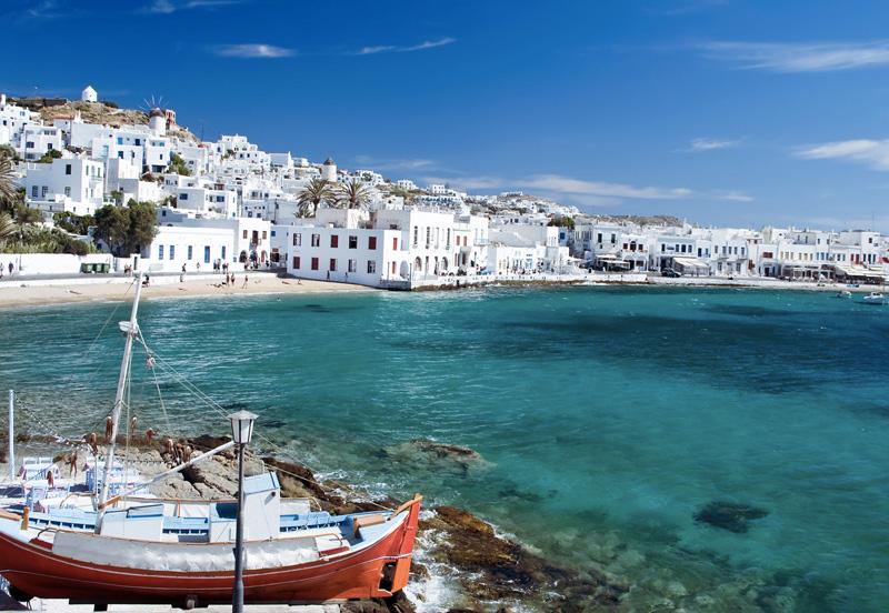 Миконос, Греция Про Миконос говорят, что это остров, который никогда не спит. Так что если вы любитель развлекаться 24 часа в сутки — вам сюда. Скоротать время между грандиозными вечеринками можно за осмотром старинных церквей, экспонатов Археологического или Морского музеев, или же занявшись дайвингом, серфингом или устроившись загорать на одном из пляжей.