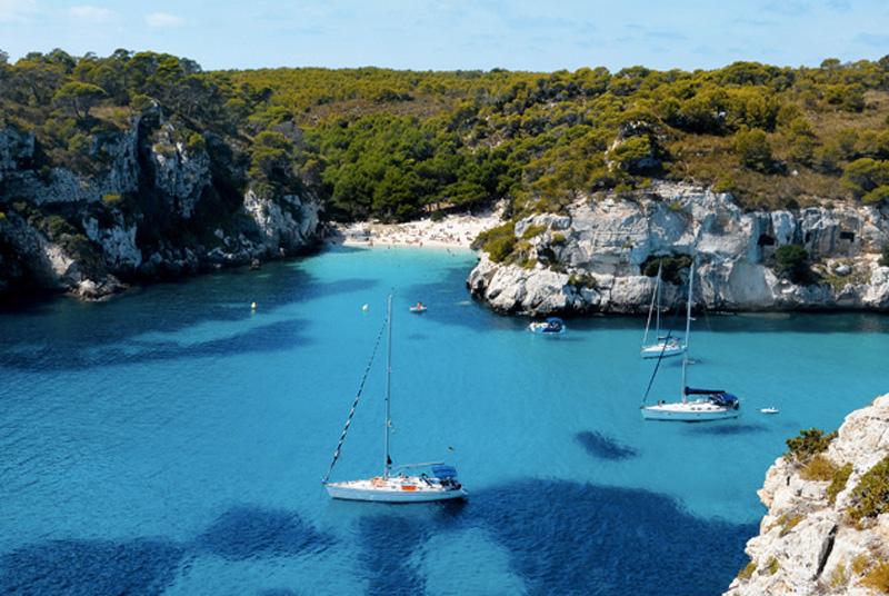 Кала Макарелета, Менорка, Испания Все побережье Менорки состоит из пляжей и бухт, при этом вода везде кристально чистая. От других мест Кала Макарелета отличает то, что оно защищено от ветров лиственными лесами.