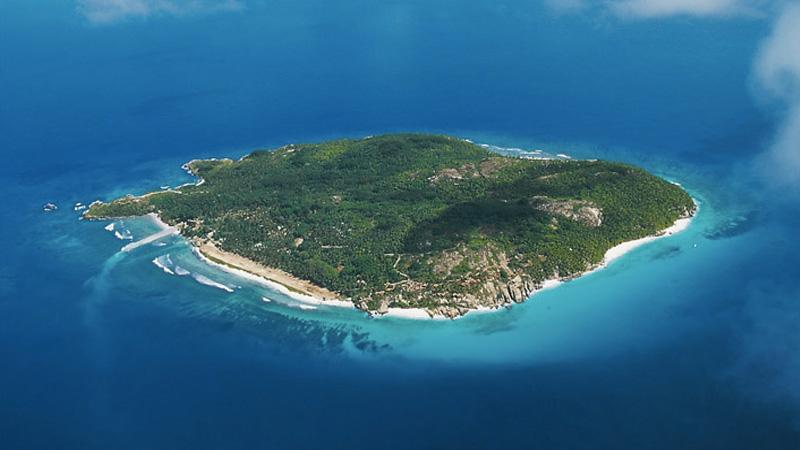 Альдабра,Сейшелы Это второй по величине в мире атолл после Острова Рождества. Остров представляет собой природный заповедник мирового значения. На острове обитает уникальная популяция гигантских сухопутных черепах. В 1982 году атолл Альдабра был добавлен в Список всемирного наследия ЮНЕСКО. Остров относится к одному из немногих оставшихся на планете коралловых атоллов, который практически не затронут цивилизацией.