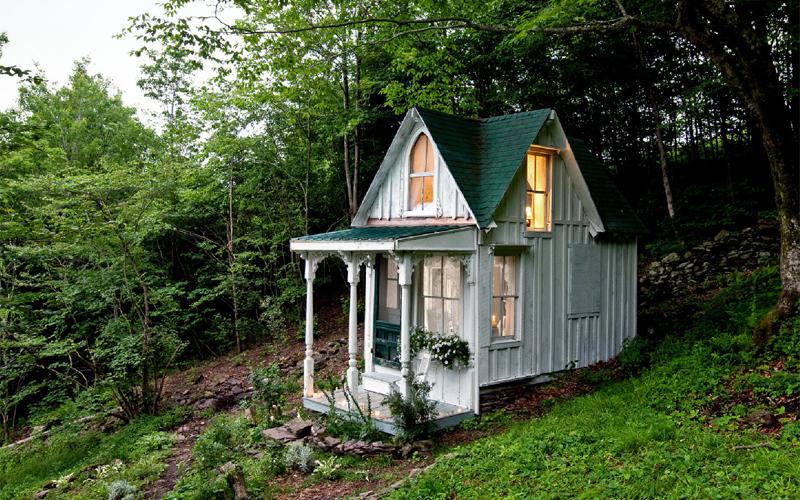 Викторианский особняк Этот небольшой домик больше бы подошел викторианской Англии — но построен он в небольшом городишке Кэтскиллс, штат Нью-Йорк. Проект разработала и воплотила в жизнь обыкновенная домохозяйка Сандра Фостер. Вот что значит, иметь достойную цель!
