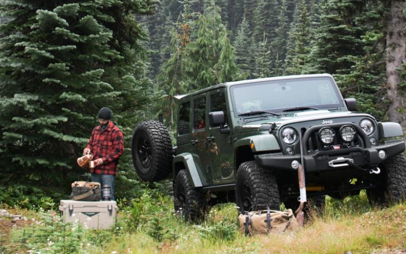 Filson Edition AEV Wrangler Плодом сотрудничества известной фирмы производителя аутдор-инвентаря Filson и легендарных Jeep стал автомобиль Filson Edition AEV Wrangler, который являетсявоплощением представлений о том, как должен выглядеть настоящий американский внедорожник. Джип оснащен 5,7 и 6,4-литровыми (на выбор) дизельными двигателями, а смягчение тягот бездорожья возьмут на себя подвескаDualSport SC и 35-дюймовые диски, обутые в шины BFGoodrich Mud-Terrain KM2.