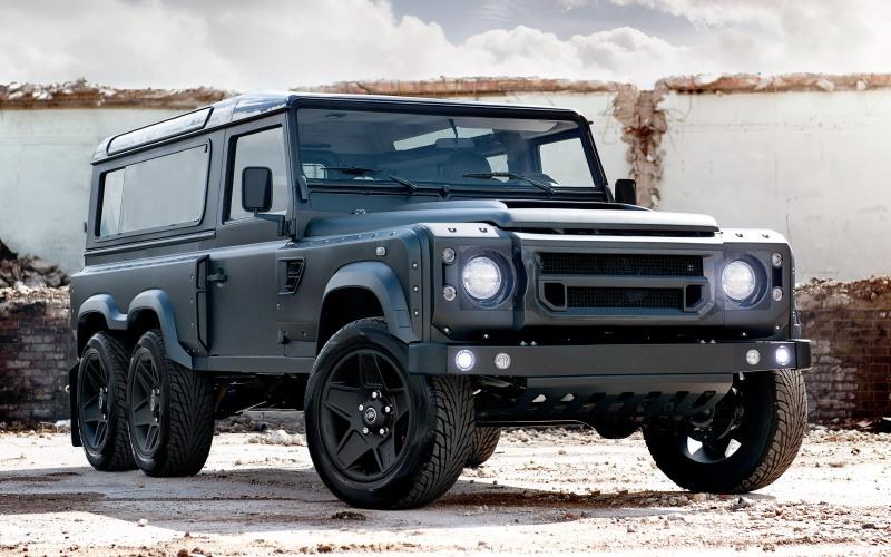 Kahn Flying Huntsman Британское тюнинг-ателье Kahn Design представило модифицированную трехосную версию легендарного Land Rover Defender. «Ночной охотник» по сравнению с оригинальной моделью вырос 1200 мм в длину и обзавелся новеньким 6,2-литровым мотором V8, развивающим мощность в 550 лошадиных сил. В качестве особой опции британское ателье может оборудовать внедорожник бронезащитой, что может быть очень удобным,если вы всерьез планируете пережить зомби-апокалипсис.