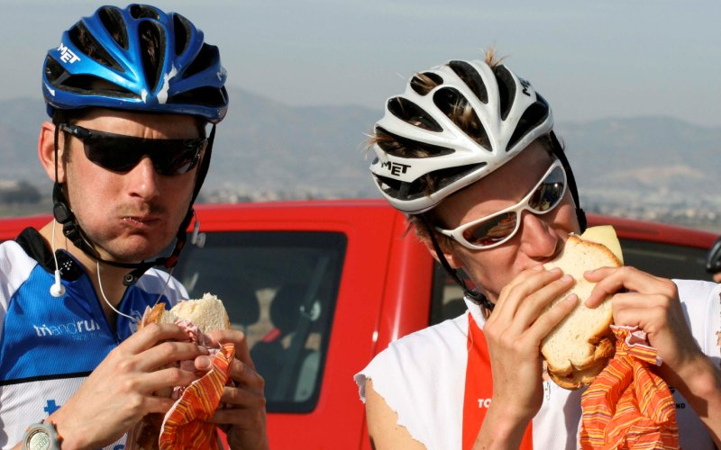 Ешьте каждый час Во время тренировки ваш желудок, не перетруждаясь, вполне способен переварить пищу, содержащую несколько сотен калорий. Этого количества будет достаточно, чтобы поддерживать вашу энергию на постоянном уровне. Если же вы решите забить свой желудок под завязку, ваша производительность сильно упадет: вся ваша энергия будет устремлена на то, чтобы переварить съеденное вами. Экспериментируйте с едой – важно определить, какую пищу ваш организм будет усваивать лучше всего во время занятий спортом.
