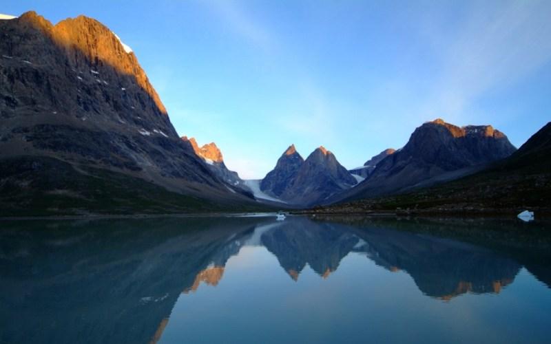 Северо-Восточный Гренландский национальный парк Площадь: 972000 км²  Этот заповедник охватывает всю северо-восточную часть Гренландии и является самым крупным национальным парком в мире. По своей площади он больше 163 стран мира (по отдельности). В нем нашли пристанище полярные медведи, моржи, песцы, снежные совы, овцебыки и еще множество других видов. Гренландский национальный парк также является самым северным национальным парком мира.