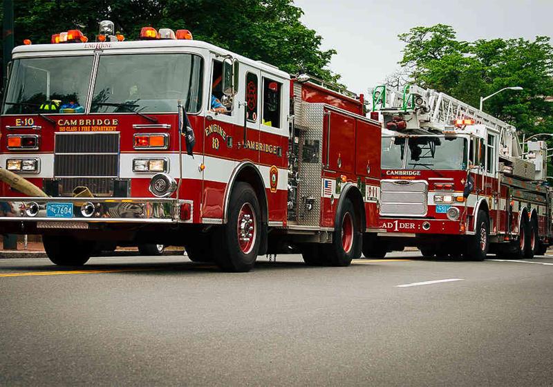 Пожарная машинаЕсли ваш дом находится в Новой Британии, Коннектикут, то лучше всего будет приобрести хорошую страховку от пожара. Дело в том, что, по закону, пожарные машины этого города не могут превышать скорости 25 миль/час. Приезжают ровно к уголькам.