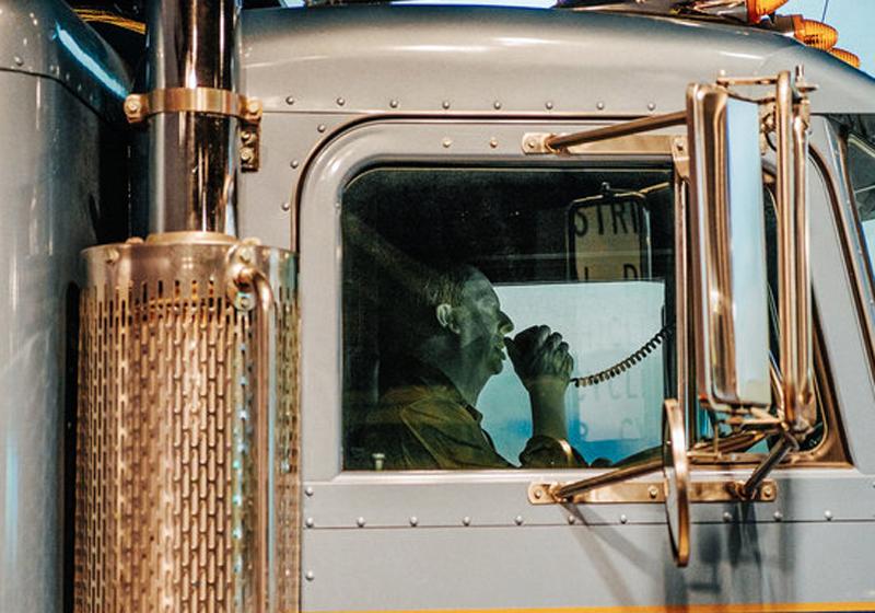 Плевок в душуМассачусеттские законы запрещают водителю любого транспортного средства плевать из окна. Всем, кроме водителей грузовиков. Те могут хоть всю дорогу заплевать — совершенно безнаказанно.
