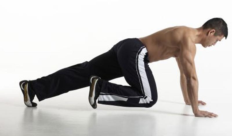 Скалолаз Развивают: мышцы кора и бедраКоличество подходов: 3Количество повторов:12 на каждую ногуОтдых между повторами: 30 секунд Упражнение выполняется из того же упора лежа. Правая нога медленно отрывается от пола и также медленно подтягивается коленом к самой груди. Не отрывая колено от груди, коснись пола носком. Затем вернись в упор лежа и повтори то же самое с левой ногой. Не торопись, выполняй каждое движение медленно, постарайся прочувствовать задействованные мышцы.