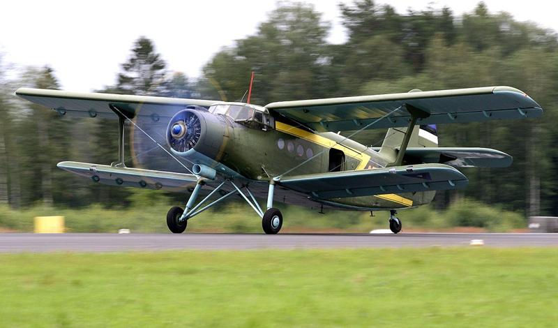 Управляемость Та же самая подъемная сила обеспечивает самолету невероятную управляемость. Минимальная скорость, при которой пилот сохраняет возможность контролировать биплан составляет всего 40 км/ч. Знаменитые по всему миру Cessna становятся неуправляемыми уже при 80 км/ч. Это качество делает Ан-2, кроме всего прочего, идеальным тренажером для начинающих пилотов: чтобы разбиться этой машинке, придется действительно постараться.