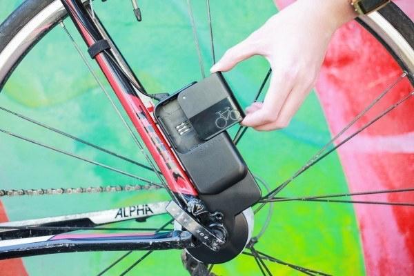 Зарядка для телефона Стоимость: 130$ Этот небольшой аккумулятор с легкостью устанавливается на одно из колес вашего байка. Подключив сюда телефон, или любой другой девайс через USB-порт, вы сможете зарядить его, произведя чистую энергию своими же ногами. Главное, в проводах не запутаться.