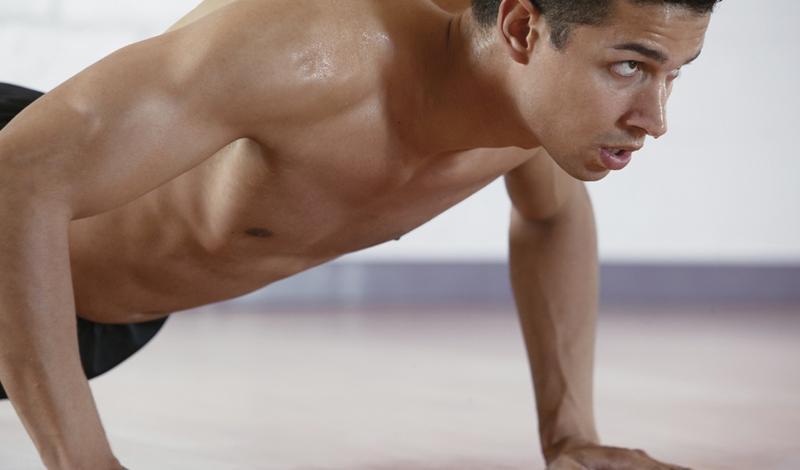 Классические отжимания Что: трицепсы, грудные и дельтовидные мышцыПодходы: 4Повторения: 15 Видов отжимания существует более пятидесяти. Мы остановимся на классическом, тем более, что он вполне подойдет для прокачки многих важных мышц тела. В исходном положении (упор лежа), ладони расставлены чуть шире плеч, стопы на ширине таза. На вдохе опускайтесь вниз, формируя локтями прямой угол. На выдохе — поднимайтесь, но не до конца, чтобы не блокировать локтевой сустав.
