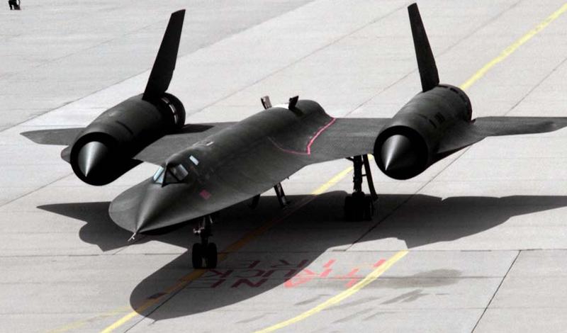 Первое поколение В 1964 году был введен в эксплуатацию первый в своем роде сверхзвуковой разведчик Lockheed SR-71, прозванный «Черным дроздом», Blackbird. Его главными особенностями была невероятно высокая для того времени скорость в целых 3 Маха и высота полета, позволяющая самолету с легкостью уходить от ракет. Ни разу, за всю историю существования, «Черного дрозда» не сбивала противоракетная система. Однако из 38 самолетов 18 было потеряно из-за несчастных случаев — скорость реакции даже самых подготовленных пилотов просто не подходила для своевременного реагирования моментально сменяющейся вокруг действительности. Аналогов этому самолету не существовало в мире. Тем не менее в 1998 году Blackbird сняли с эксплуатации, решив передать его функции спутникам-шпионам. Решение, как выяснилось позже, оказалось неверным.
