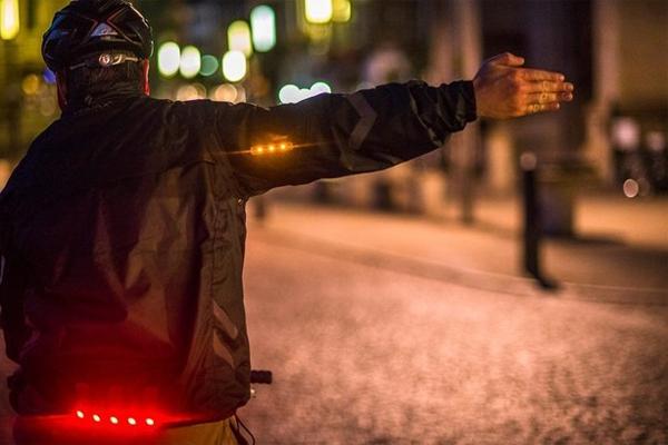 Сигнальная куртка Стоимость: 135$ Одна из лучших вещей для велосипедистов всего мира, вынужденных показывать сигнал поворота рукой. В рукава куртки встроены двадцать три светодиода, которые активируются при поднятии руки. То есть, больше не придется опасаться невнимательного автомобилиста за вами: светодиоды гарантированно привлекут к маневру внимание.