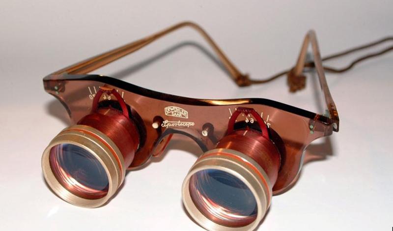 Бинокли, очки и прочие хрупкие вещи На этот скарб вряд ли позарятся самые прожженные похитители чужой собственности. Зато, вы вполне можете обнаружить кучку осколков в измятом корпусе, вместо любимого бинокля. Запасные очки тоже не стоит класть в багаж. Количество поступающих на ленту транспортера сумок настолько велико, что грузчики просто вынуждены обращаться с ними небрежно — просто не хватает времени. От броска на железный пол, или борт багажного отсека, ваши диоптрии не спасет никакой чехол.