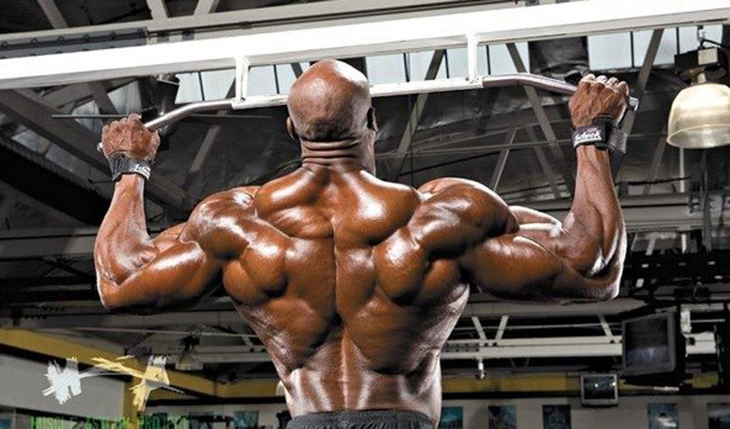 Чистые подтягивания Что: плечи, трицепс, бицепс, широчайшие мышцы спиныПодходы: 3Повторения: 8 Чтобы выполнить так называемые «чистые подтягивания» (dead-hang pull-ups), придется постараться. Движение вверх нужно начинать с напряжения широчайших мышц спины, а не рук. Только слегка подняв корпус вверх за счет этого, вы начинаете сгибать руки в локтях, не забывая поддерживать в спине напряжение. Обязательно выдыхайте при подъеме и концентрируйтесь на каждом повторе.