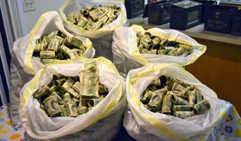 Деньги Совет довольно очевидный, но вы удивитесь, узнав, какое количество людей предпочитает оставлять основную сумму перевозимых денег в багаже, а его, в свою очередь, сдавать на стойке регистрации. Довод в пользу такого поступка — вас вряд ли ограбят прямо в самолете. Довод против — а у вас, вообще, есть знакомые, которых хоть раз грабили в самолетах? По статистике, каждый год в офисы авиакомпаний обращаются десятки людей, с жалобой на пропажу денежных средств из багажа. Вернуть эти средства просто нереально, ведь нет никаких доказательств даже их существования.