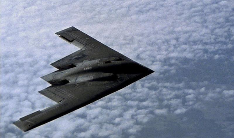 Самолет-носитель Само собой, такой снаряд не может перенести обычный бомбардировщик. Для доставки МОР будет использован Нортроп B-2 «Спирит», малозаметный стратегический бомбардировщик. Стелс-технологии, которые использованы в его покрытии, делают его одним из самых сложных для обнаружения бомбардировщиков в мире. Интересно, что, хотя разработка B-2 велась еще в прошлом веке, на данный момент есть лишь один задокументированный боевой вылет этой машины. Возможно, это объясняется невероятно высокой ценой самолета: один «Спирит» обходится американским налогоплательщикам примерно в два миллиарда долларов.