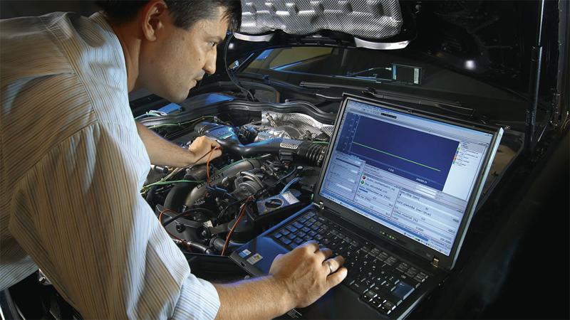 Блок управления двигателем Любой современный автомобиль оснащен ЭБУ — электронным блоком управления двигателем. На его плечах лежит корректная работа двигателя и других систем. Перепрошивка стандартной программы, установленной производителем, поможет повысить комфорт, получаемый от вождения. Автомобиль будет идти более плавно, улучшится динамика, мощность и крутящий момент также повысятся. Кроме того, в качестве побочного эффекта, вы вполне можете получить снижение расхода топлива.