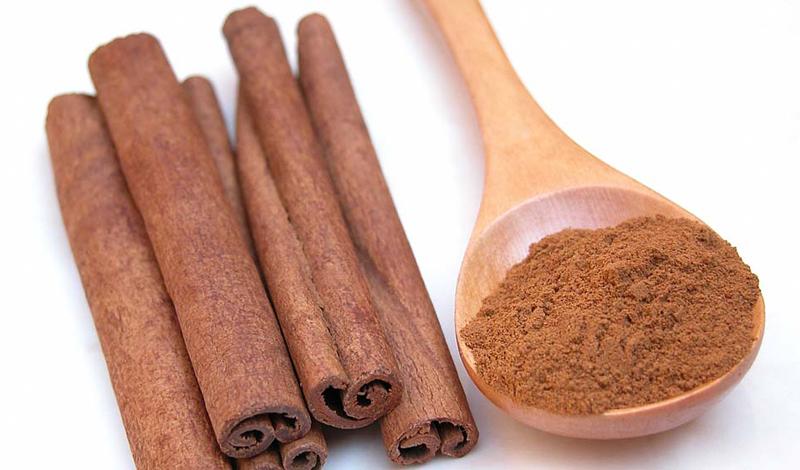 Корица Эта пряность умеет снижать количество сахара в организме, аккумулируя, тем самым, жиры. Понятное дело, просто так корицу есть никто не будет, но ее вполне можно добавлять практически в любые напитки. Чай или какао с корицей — прекрасная замена тяжелому ужину.