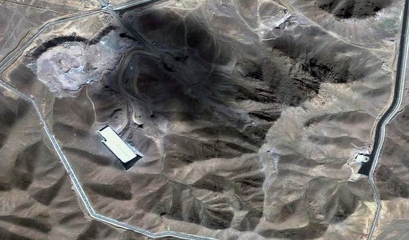 Цель атаки В случае срыва переговоров, США, в первую очередь, предпримут атаку на Фордо — некогда секретный ядерный объект страны, размещенный глубоко в скальном массиве. Центрифуги этого научно-исследовательского центра способны обогащать уран, который может быть использован для создания ядерного оружия. Этот иранский завод считается одним из самых укрепленных военных объектов мира, что, возможно, потребует от США нескольких налетов.