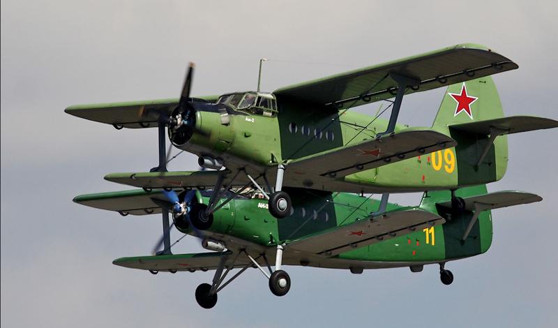 Зависание на одном месте Развитая механизация крыла позволяет Ан-2 совершать совершенно невозможные для других самолетов трюки. Биплан умеет зависать над землей при достаточной силе встречного ветра. Причем речь не идет о каких-то зашкаливающих показателях. Нет, чтобы превратиться в аналог вертолета, Ан-2 требуется всего лишь ветер со скоростью 30 км/ч.