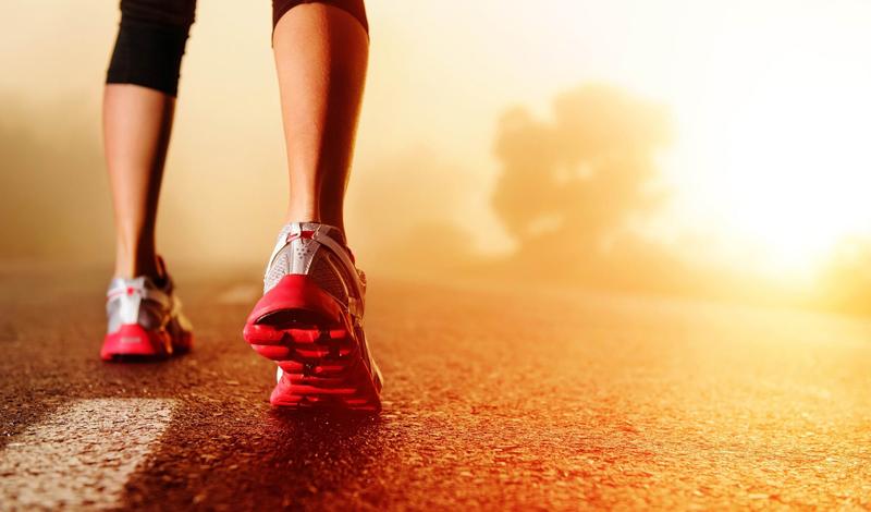 Лишний вес Давайте смотреть правде в глаза: большая часть людей начинает заниматься бегом потому, что стремится убрать лишний вес. Бег — лучшее, что можно придумать для коррекции своей формы. Само собой, настоящим атлетом вам не стать, если кроме бега спортивных занятий в вашей жизни не предусмотрено. Но о свисающем животе и дряблых мышцах можно будет забыть как о страшном сне.