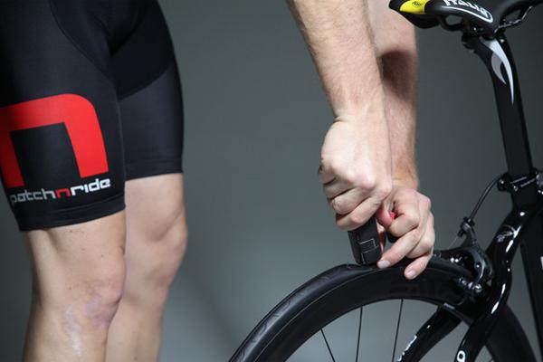 Починка колеса Стоимость: 35$ Каждый велосипедист за сезон несколько раз попадает в неприятную ситуацию — пробитое колесо не всегда можно починить имеющимися с собой средствами. Кроме того, дисковые тормоза затрудняют само снятие колеса. Этот маленький инструмент, использующий картриджи с быстросохнущим клеем и резиной, способен проблему решить раз и навсегда. Острым носиком вы вводите смесь в пробоину и просто накачиваете колесо заново. Незаменимая для наших дорог вещь!