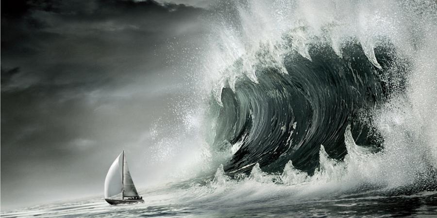 Что это такое Гигантская одиночная волна, совершенно непредсказуемо появляющаяся на просторах океана, долгое время считалась досужей выдумкой легких на пугающие рассказы моряков. И только в прошлом веке ученые и в самом деле получили задокументированные доказательства существования этого феномена. Волна-убийца может достигать до 30 метров — это, на минуточку, высота четырнадцатиэтажного дома. Самое странное, что они появляются практически внезапно –исследователям до сих пор не удается составить никакого, даже приблизительного алгоритма их появления. Следовательно, опасности подвергнуться «нападению» такого гигантского монстра, подвергается чуть ли не каждое вышедшее в открытое море судно.