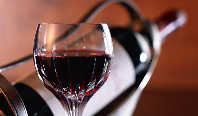 Красное вино Наверное, самый приятный пункт в нашем списке. Красное сухое содержит в себе резвератрол, стимулирующий производство протеина. Тот, в свою очередь, благотворно влияет на процесс расщепления жиров. Не стоит, конечно же, заменять вином каждую вторую трапезу, но полстакана в день не повредит никому.