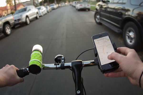 Колонка-фонарь Стоимость: 80$ Многие любят прокатиться на велосипеде под любимую музыку. Закрепляемая на руле колонка выполняет также функции мощного фонаря: теперь вы, со своим двухколесным другом, можете стать настоящей дискотекой, оснащенной собственным стробоскопом.