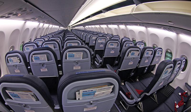 Выбор места Угадать, какой частью самолет ударится о землю при крушении, невозможно. Однако, места, расположенные в пределах пяти рядов от аварийной двери — самые безопасные. Выбирайте кресло у прохода, это также повысит ваши шансы.