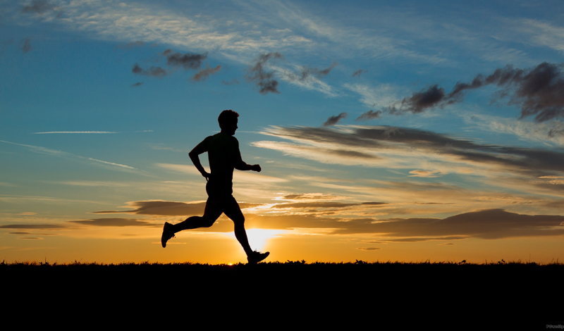 Выносливость Первые несколько дней занятия бегом не будут казаться вам такой уж удачной мыслью. Одышка, боль в ногах, усталость — через это придется пройти. Однако, примерно недели хватает для того, чтобы на смену усталости пришло повышение выносливости. Не только в беге: вы почувствуете, что легче стало справляться вообще со всеми делами.