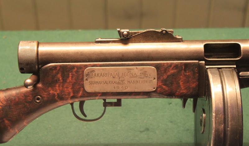 Особенности Одной из главных особенностей нового Suomi был сменный ствол, раньше использовавшийся только при производстве пулеметов. Изделие Лахти считалось одним из самых технологичных пистолетов-пулеметов своего времени. Многие детали изготавливались на металлорежущих станках, а ствольная коробка была цельной. За высокое качество сборки финским солдатам пришлось расплачиваться лишним весом: в снаряженном состоянии, «Суоми» весил целых семь килограммов.