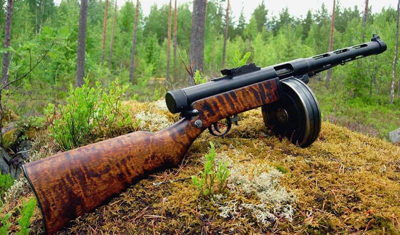 Откуда что взялось Вообще-то, и сам Suomi экземпляр не до конца самобытный. Как и все прочие пистолеты-пулеметы, он ведет свою родословную от знаменитого немца МР-18: конструкция затвора и некоторые внешние детали повторяют его в точности. Однако именно разработчики Suomi не побоялись внести в конструктив несколько очень весомых изменений, превратившие этот ПП в весьма и весьма действенное орудие войны.